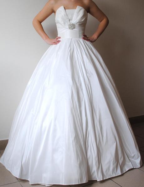 Bílé satenové svatební šaty se zajímavým korzetem , 36