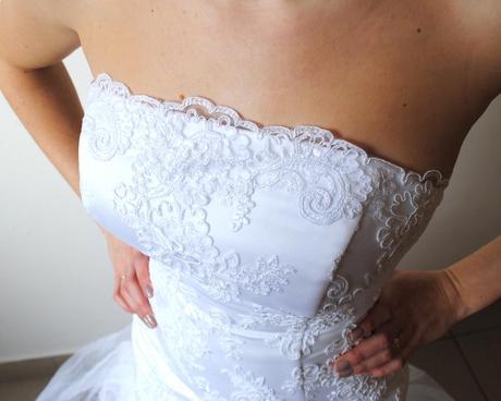 Zajímavé krajkové svatební šaty s týlovou sukní , 36