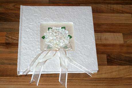 Svatební fotoalbum s bílou mašlí,