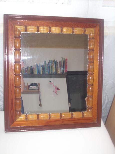 Zrkadlo s dreveným rámom,