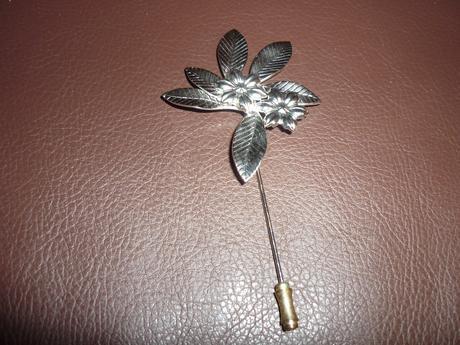 strieborný kvet pre ženícha,