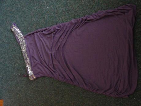fialové šaty s kameny na jedno rameno, 42