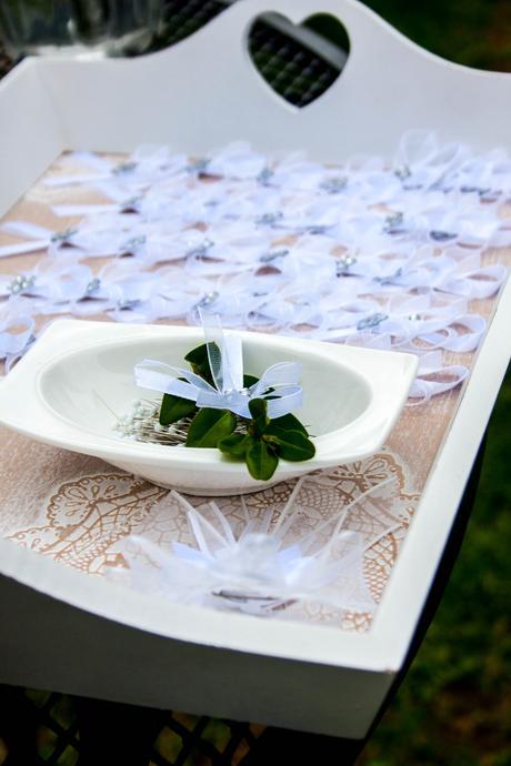 Bílé vývazky s kytičkou,