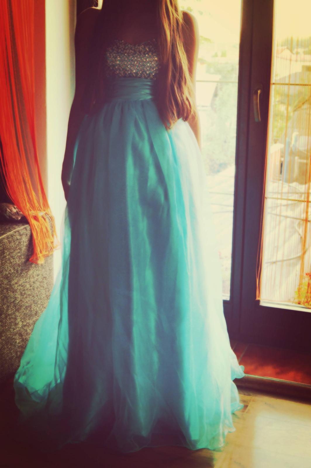 Nádherné spoločenské šaty e76c80e5326