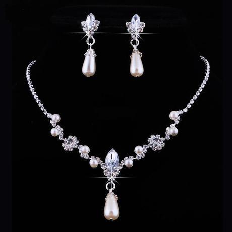 Naušnice a náhrdelník,