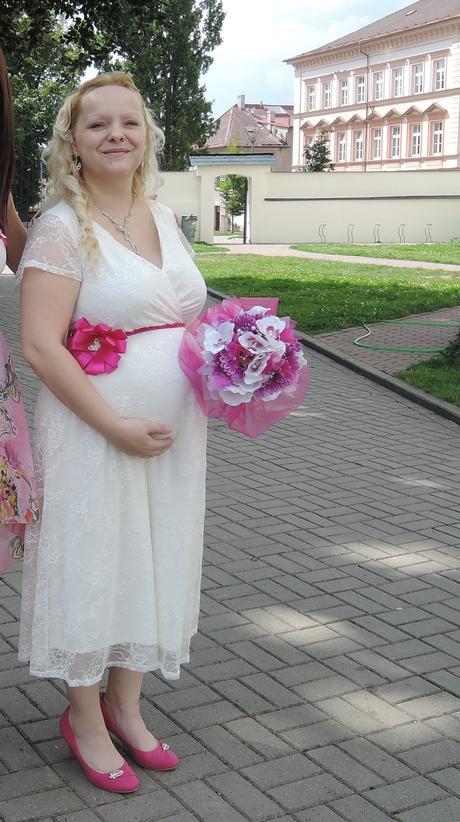 Těhotenské svatební šaty, 44
