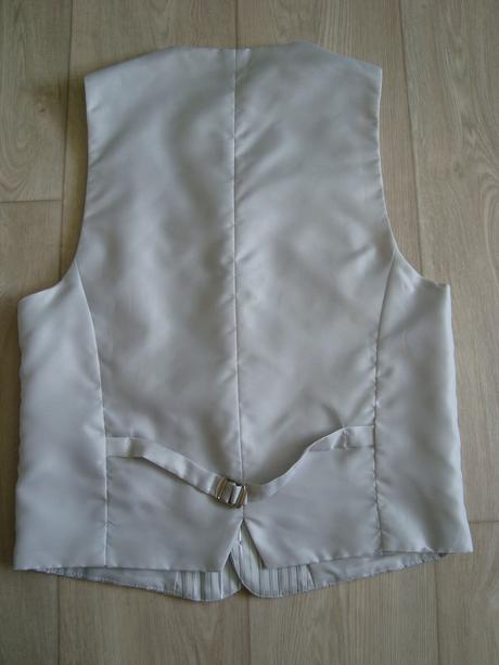 Stříbrnošedá svatební vesta s regatou, 48