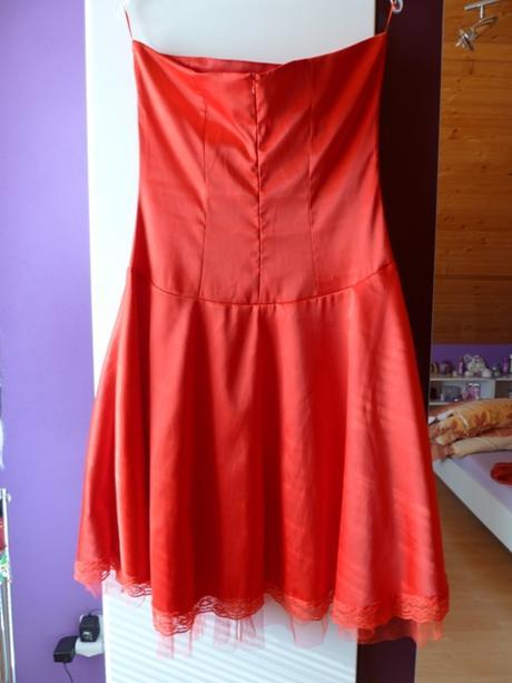 Červené spoločenské šaty, 42