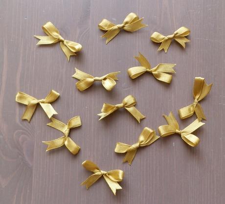 zlaté stuhy - mašličky,