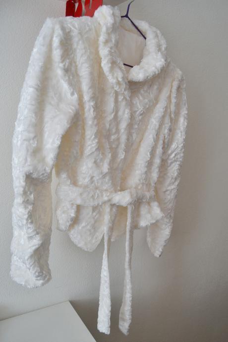 Biely zamatový svadobný kabátik,