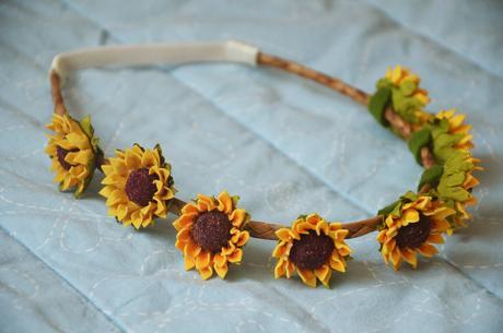 Čelenka s drobnými květy slunečnic,