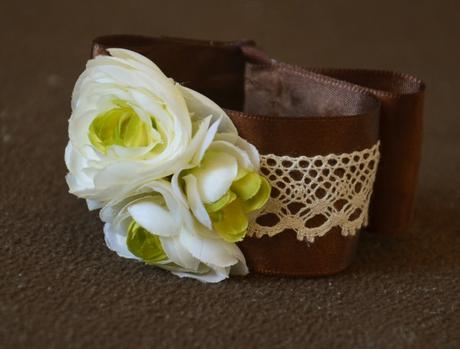Květinový náramek s krajkou a květy,