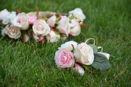 Věneček do vlasů a náramek s růžemi + podvazek,