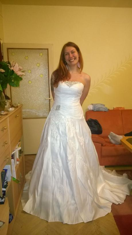 Saténové originální šaty, 36