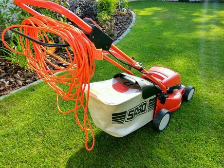Elektrická kosačka trávy,