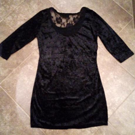 Zamatové šaty s čipkou na chrbáte, 38