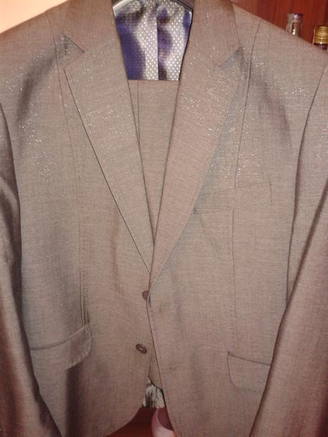 sivý lesklý oblek, 48