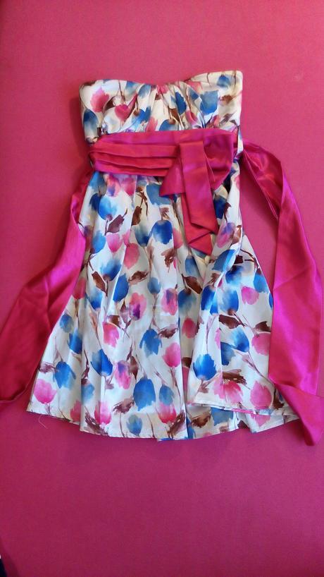 Krátke saténové spoločenské šaty, 36