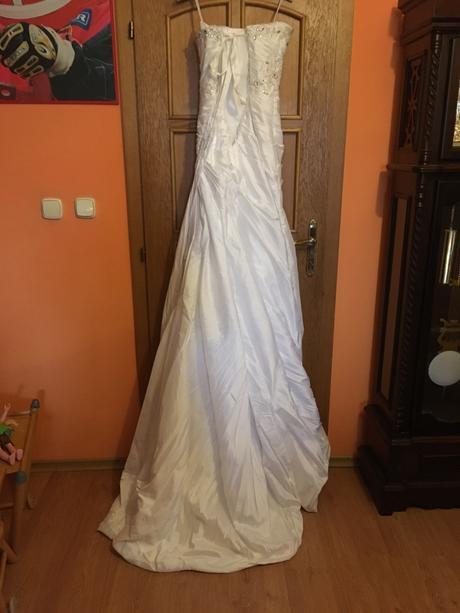 Svadobné šaty s čipkou,kamienkami a vlečkou, 36