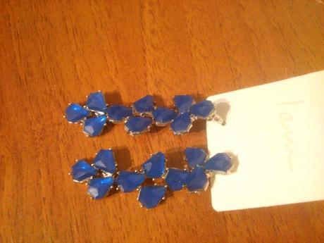 modré vysiace náušnice,