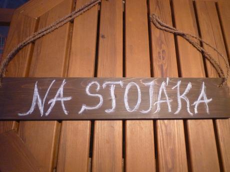 """Dřevěná dekorace s nápisem """"NA STOJÁKA"""","""