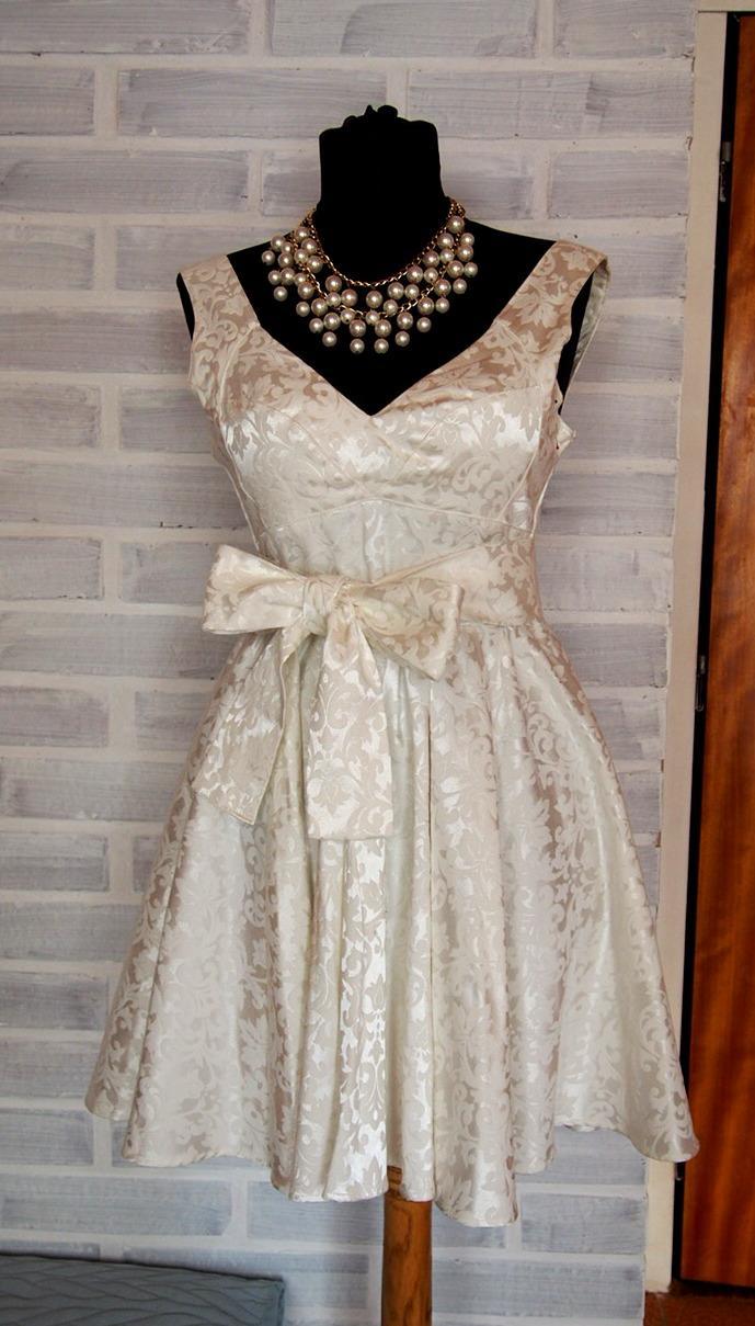 efa046e4d766 Krémová záplava brokátových kvetov retro šaty