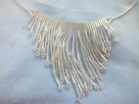náhrdelník bielej perleťovej farby,