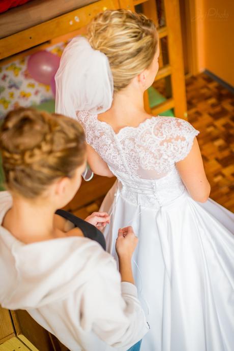 Svadobné šaty so saténovou sukňou, 38