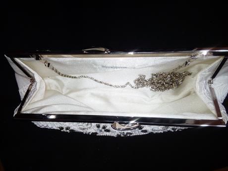bílá kabelka s krajkou kamínky a korálky,