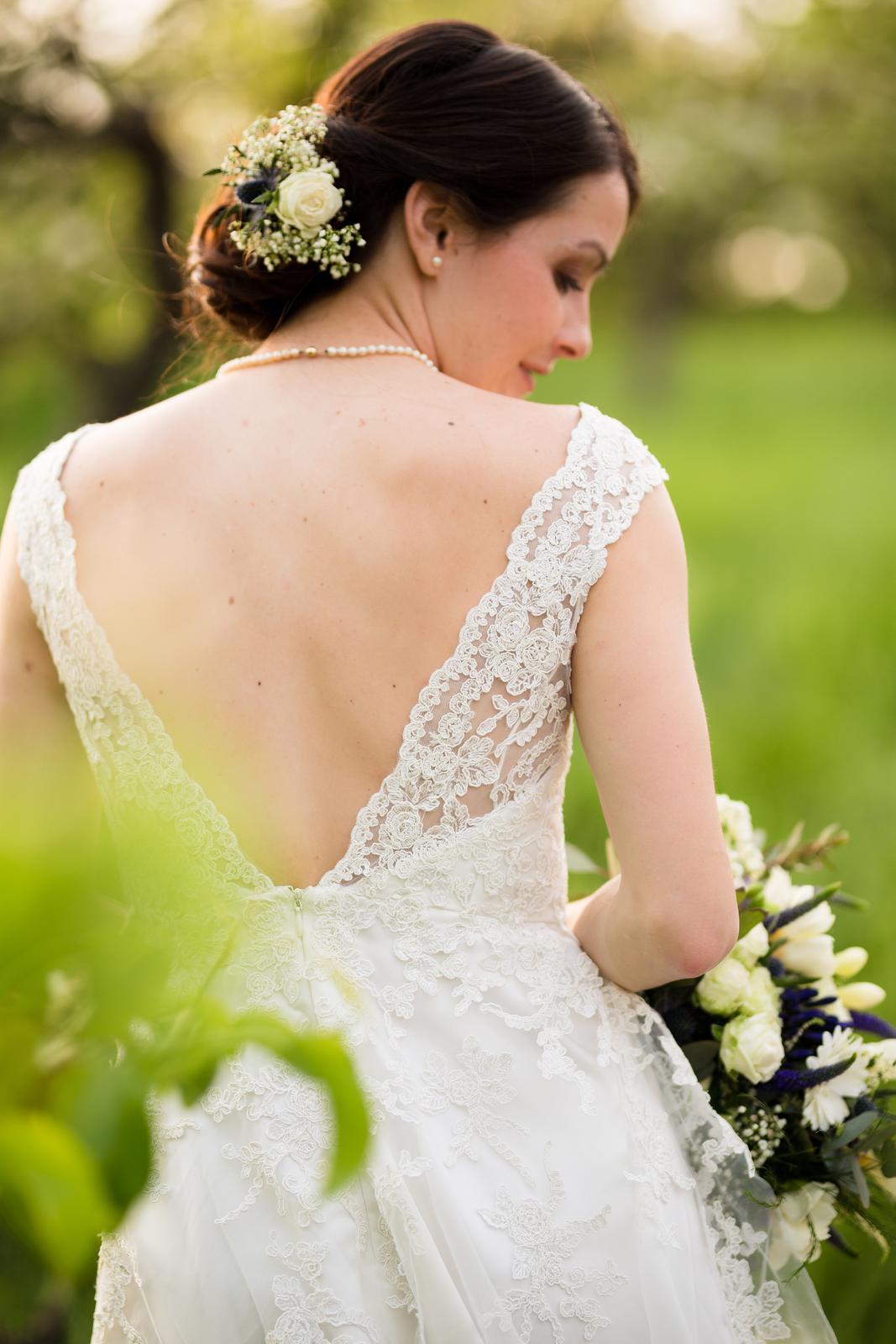 Krajkové svatební šaty s odhalenými zády 1f28c9975a