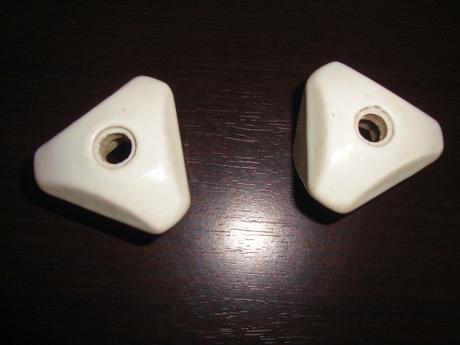 2 ks porcelánové kohútiky a príchytka,