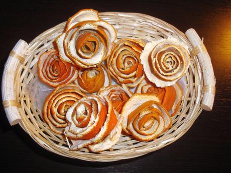 pomarančové ružičky v košíku,