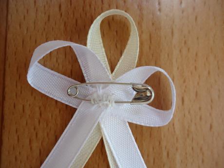 Bílo-ivory vývazky s broží a špendlíkem,