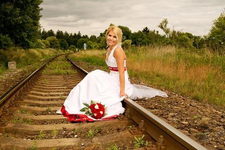 Svatební šaty bílo-bordó s vlečkou , 38