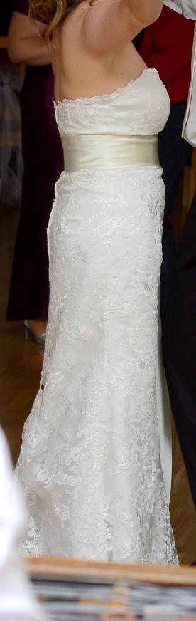 f249924479 Nádherné jednoduché čipkované svadobné šaty