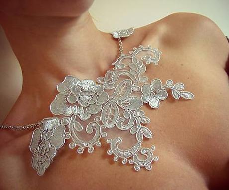 Čipkovaný náhrdelník biely ,