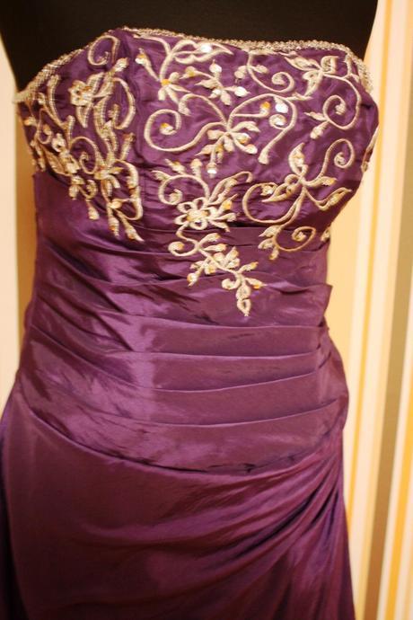 Nádherné spoločenské fialové šaty s vlečkou, 40