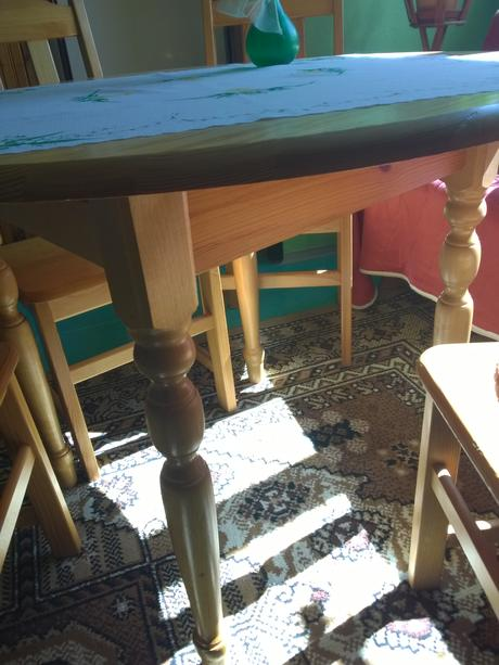 stôl a stoličky,