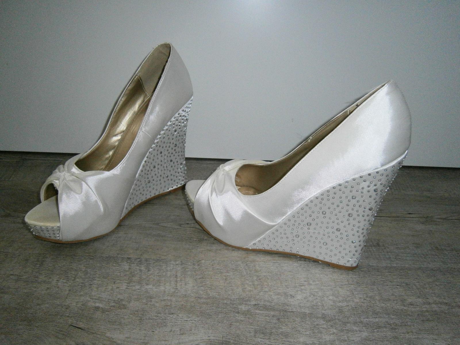 b7b729245f6 Svatební boty na klínku