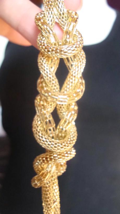 dlouhý náhrdelník se suky,