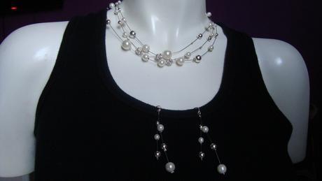 sada naušnice a náhrdelník,