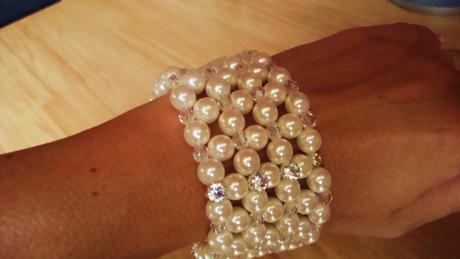 široký perlový náramek,