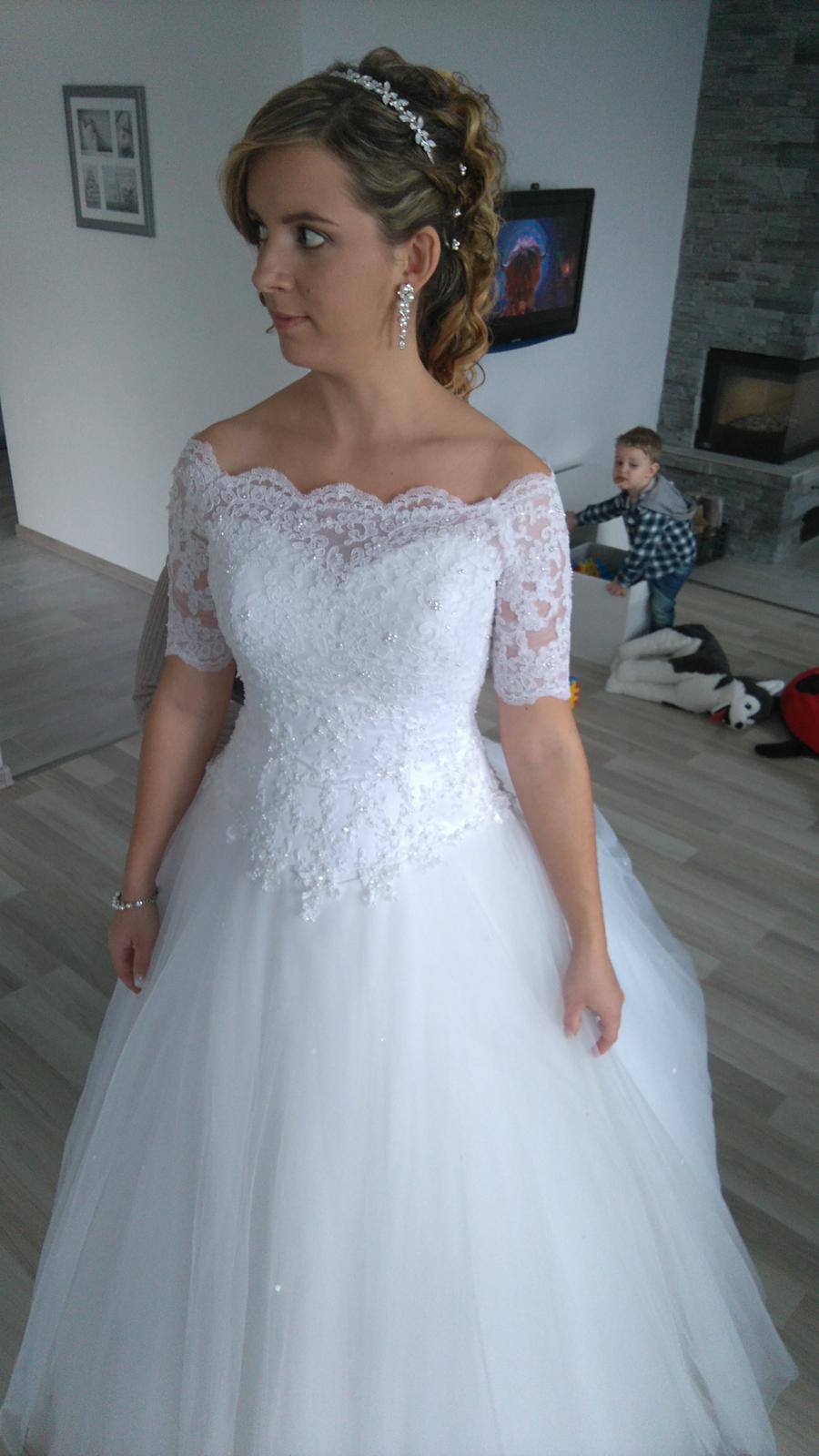 Snehobiele svadobné šaty s vlečkou  0deee22ec37