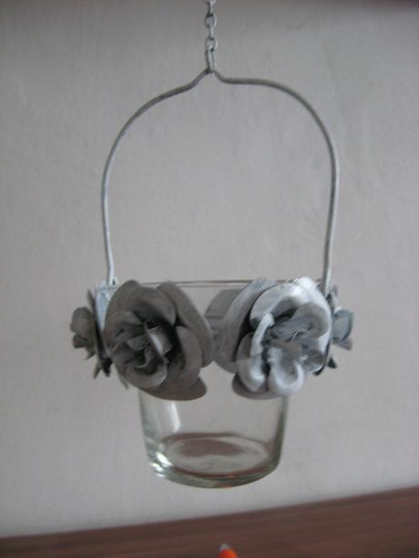 Svícen závěsný s vintage kovovými květy,