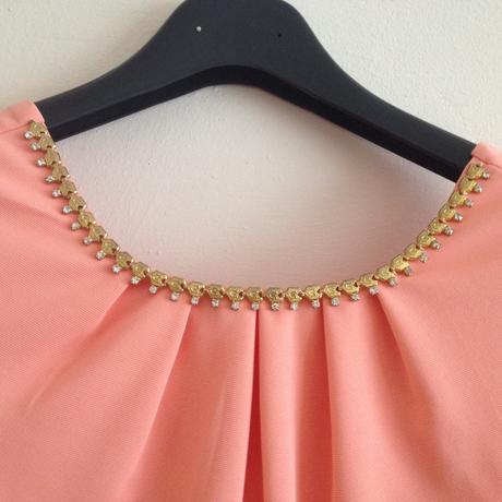 Spoločenské šaty so vsadeným náhrdelníkom, 38