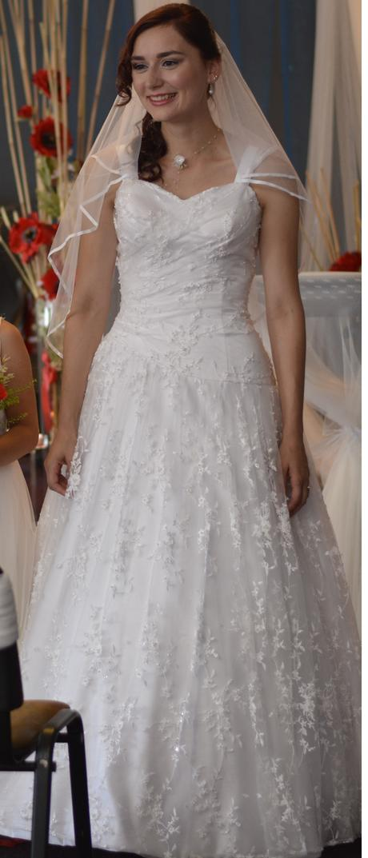 Romantické svatební šaty s perličkami a krajkami, 38