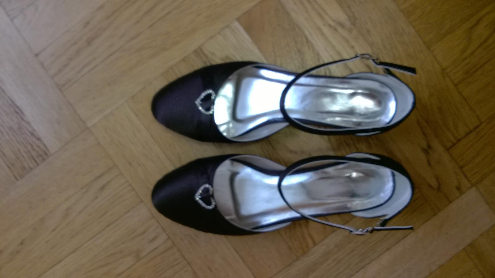bb04c305ae4 Pohodlná společenská obuv vhodná na ples či svatbu