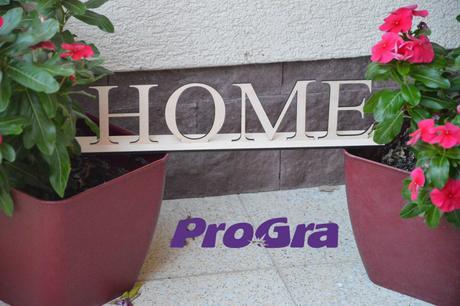 HOME - drevený nápis na stojančeku,