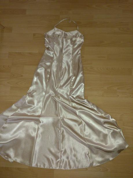 Zlaté spoločenské šaty, 35