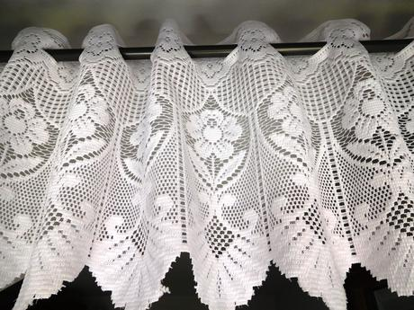 3 ks biele vidiecke záclonky - vitrážky háčkované,